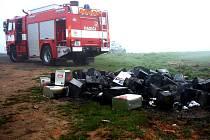 ŠEDESÁT kanystrů s neznámou látkou zaměstnalo hasiče na poli u Nebanic.