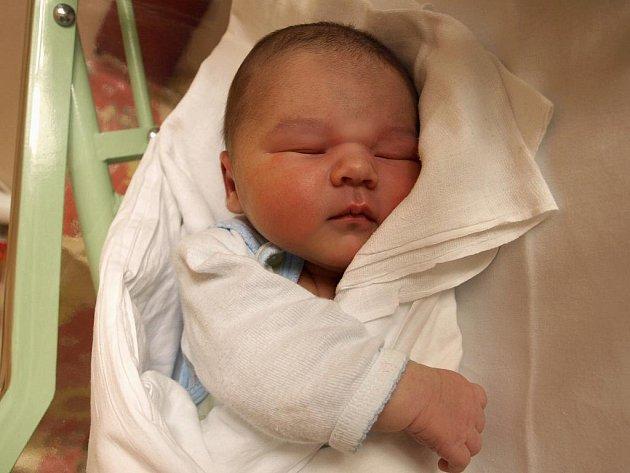 ELIÁŠ CUPÁN přišel na svět v neděli 3. ledna v 6.15 hodin. Vážil krásných 3820 gramů a měřil 52 centimetrů. Tatínek Patrik spolu s maminkou Lucií se radují z malého Eliáška doma v Chebu.