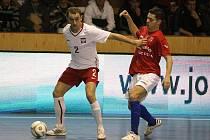 Michal Seidler (vpravo) bojuje o míč se soupeřem v pondělním utkání Turnaje čtyř zemí v Plzni proti Polsku