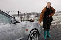 SČÍTÁ ŠKODY.  Stádo zaběhlého skotu poničilo v Drmoulu u Mariánských Lázní herečce Veronice Kohoutové osobní auto. Poškozená nakonec musela vyhledat i lékařskou pomoc.