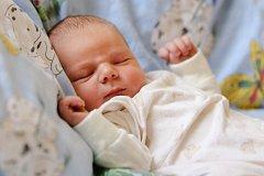 VÁCLAV MORAVEC bude mít v rodném listu datum narození sobotu 9. ledna v 5.30 hodin. Při narození vážil 3 500 gramů a měřil 51 centimetrů. Maminka Marcela a tatínek Zdeněk se těší z malého Vašíčka doma ve Staré Vodě.