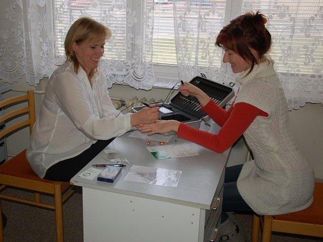 JANA HERINKOVÁ (na snímku vpravo) si nechala poradit od zkušené terapeutky.