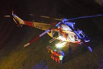 Záchranářský vrtulník přistál mimořádně na hřišti 1. základní školy v Chebu.