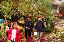 PRVNÍ CESTA ZA POZNÁNÍM zavedla děti na zahradu autorky a ilustrátorky Vítězslavy Klimtové do Pičína.
