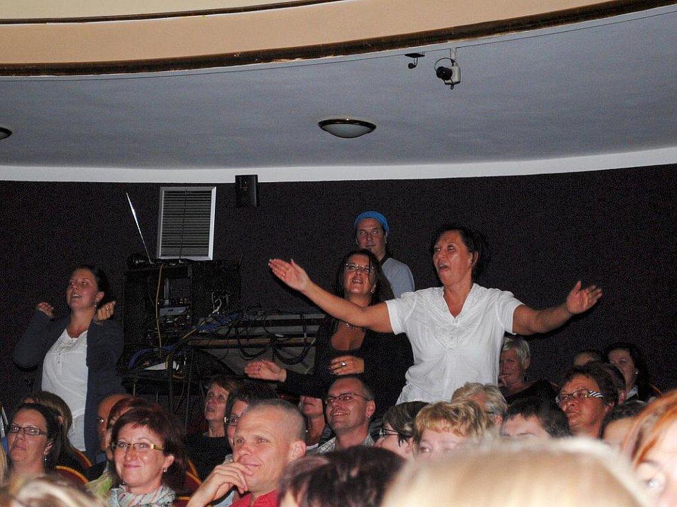 NEOPAKOVATELNÁ ATMOSFÉRA panovala při vystoupení kapely The Tap Tap v chebském divadle.