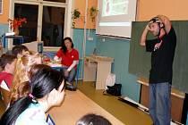 O tom, jak je přilba důležitá, se dozvídají i děti ve školách