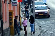 CHEBSKÝ KOLORIT.  V okolí chebských heren se dá i v současnosti najít řada vyzývavě oblečených slečen.