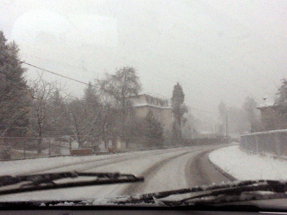 V úterý 18. března odpoledne se na Chebsko znovu vrátila zima. Během pár minut napadlo několik centimetrů sněhu. Problémy měli okamžité motoristé i chodci