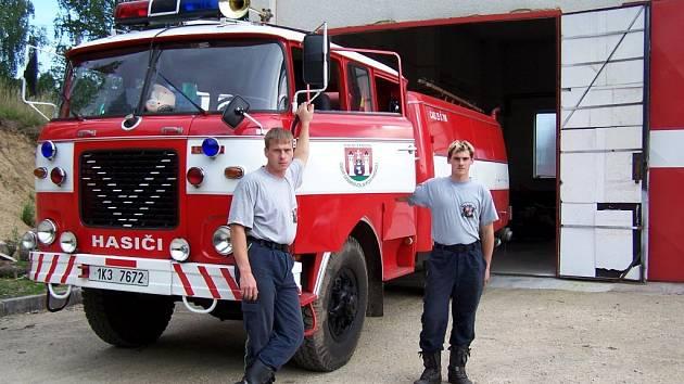 VOZIDLA DOBROVOLNÍ HASIČI dostávají od vojáků nebo od profesionálních hasičů. I přes to je musejí zrenovovat. Dolnožandovská hasičká auta vypadají díky místním mužům jako nová.