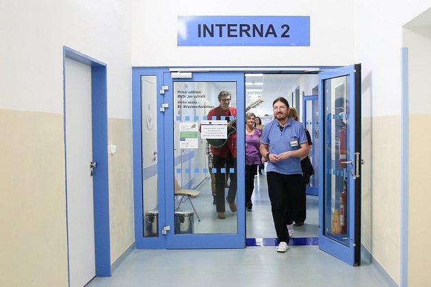 TÍM VŠAK KONCERT neskončil. Zkaple se sbor vydal na čtyři nemocniční oddělení. Díky tomu chodbou iukaždého pokoje zněly alespoň krátce koledy pro radost všem pacientům izdravotnímu personálu.
