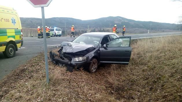 Nehoda u Dolního Žandova komplikovala v sobotu v podvečer dopravu.