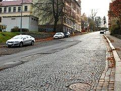 ULICE GUSTAVA GEIPELA v Aši se v příštím roce dočká rekonstrukce za celkem 15 milionů korun. Obyvatelé této ulice si dlouhodobě stěžují na hluk a otřesy z projíždějících aut.