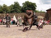 Svou zdatnost, sílu a kuráž na chebském hradním nádvoří opět předvedli nebojácní válečníci štaufského císaře Fridricha. Konal se zde totiž druhý ročník akce s názvem Rudovous se vrací.
