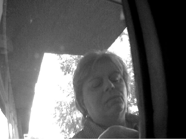 Během šetření policisté zjistili, že než došlo k zablokování platebních karet, neznámá žena na fotografii uskutečnila úspěšný výběr v bankomatu v obci Chodová Planá, bez souhlasu oprávněného držitele.
