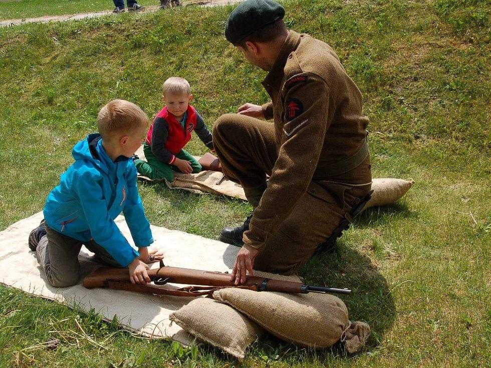Netradiční dětský den si připravili organizátoři na hradě Cheb. Pro všechny malé návštěvníky si tu totiž nachystali brannou výchovu s britským vojskem Commandos z druhé světové války.