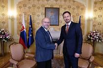 Chebský pedagog Miroslav Stulák (vlevo) se sešel v Bratislavě také s předsedou slovenské vlády Eduardem Hegerem.