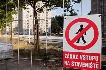 Výstavba parkoviště na chebském sídlišti Skalka je v plném proudu.