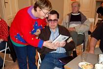 NEJEN TEORIE! Nevidomí si na přednášce mohli doslova osahat obal CD, ve kterém se zvukové knihy půjčují. Toho využila i Jana Jarůšková z Františkových Lázní a Emil Miklóš z chebského Tyflocentra.