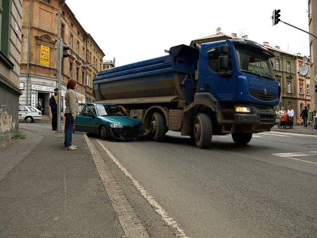 Srážka těžkého nákladního automobilu a malého osobního vozu na křižovatce ulic Mánesova a Evropská v Chebu