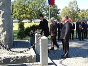 Tisíce lidí dorazily na vzpomínkovou akci u příležitosti otevření německého vojenského hřbitova. Součástí akce bylo i pokládání věnců k pomníkům amerických, francouzských a ruských vojáků.