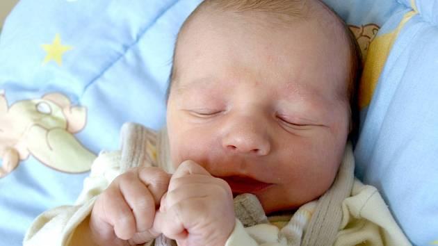 DAVID UHLÍK přišel na svět v úterý 16. října ve 22.36 hodin. Při narození vážil 2 900 gramů a měřil 48 centimetrů. Z malého Davídka se těší doma v Chebu bráška Daneček spolu s maminkou Simonou a tatínkem Janem.