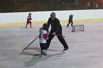 Hokejisté Stadionu Cheb na venkovní ledové ploše