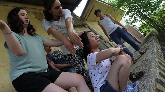 Mladí divadelníci z Bavorska a Čech jsou v současné době v Plesné. Poté se přesunou do Valče.