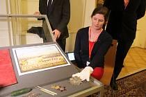 NÁVŠTĚVNÍCI kynžvartského zámku se mohou těšit na to, že v rámci některé z akcí uvidí několik vzácných artefaktů ze sbírky.