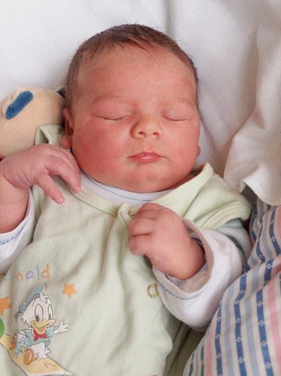 VLADIMÍR KOLÁŘ bude mít v rodném listě datum narození středu 14. ledna v 12.18 hodin. Na svět přišel s váhou 4 280 gramů a mírou 52 centimetrů. Doma v Chebu, se z malého Vladimírka těší sestřička Lyli, maminka Lýdie a tatínek Vladimír.