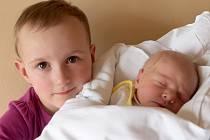 ADÉLA ESCHLEROVÁ bude mít v rodném listě datum narození středu 3. dubna v 9.50 hodin. Na svět přišla s váhou 2 880 gramů a mírou 48 centimetrů. Doma v Chebu se z malé Adélky raduje sestřička Tonička spolu s maminkou Aničkou a tatínkem Tíšou.