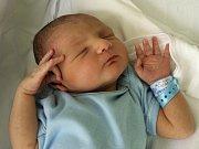 ALEXANDR MIZYK se poprvé rozkřičel v úterý 11. srpna ve 20. 45 hodin. Na svět přišel s váhou 3090 gramů a mírou 49 centimetrů. Doma v Chebu se těší tatínek Andriy na návrat maminky Miroslavy a synka Alexandra.