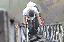 HASIČI evakuovali ašské školáky pomocí žebříku. Námětem cvičení byla výbušnina ve škole a požár ředitelny.