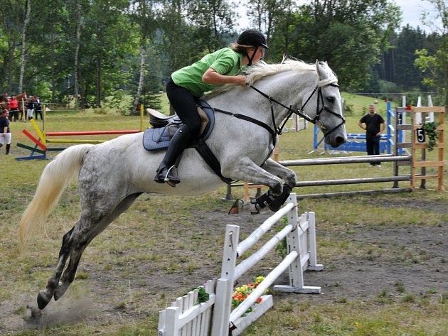 Na hezky udržovaném cvičišti v Kopaninách se odehrály hobby koňské závody pod názvem ´Prázdninové skákání´.