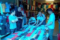 Osm desítek příslušníků hasičského záchranného sboru a státní policie kontrolovalo v chebské tržnici Dragoun dodržování požárních předpisů.