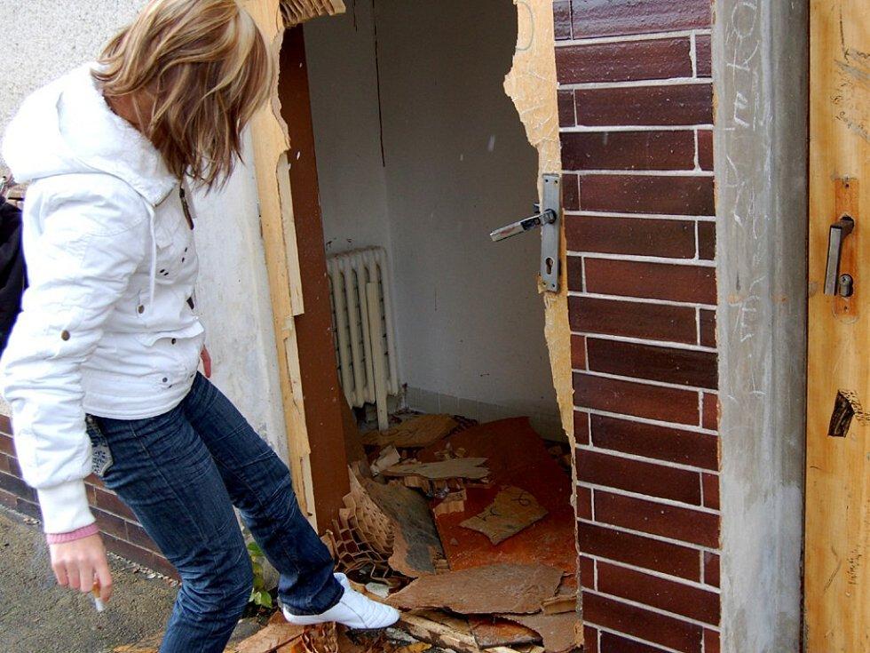 ZDEVASTOVANÝ DŮM DĚSÍ.  Rodiče  na chebském sídlišti Zlatý vrch  poukazují na to, že se  nevyužívaný dům  může být pro  zvědavé  děti  nebezpečný.