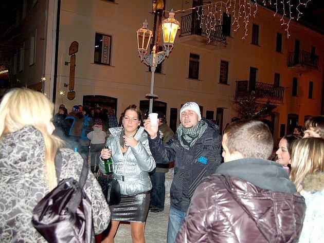 Lidé na Chebsku si užívali silvestrovské oslavy. Občané si připíjeli na Nový rok například na Národní třídě ve Františkových Lázních, Aši anebo v Milíkově.