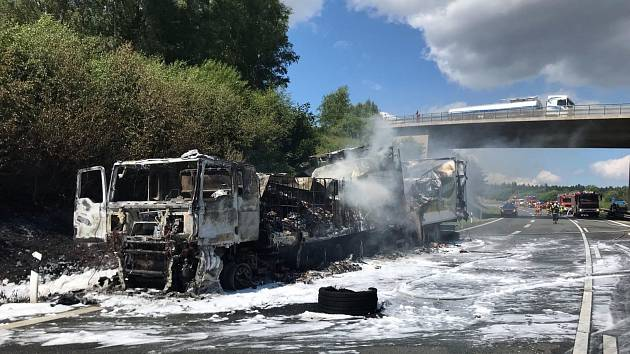 Hasiči z Aše zasahovali u požáru auta, vodu doplnili v Selbu
