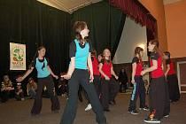 V mariánskolázeňské 1. Základní škole se uskutečnil jubilejní desátý ročník akce Tančíme a cvičíme pro radost, který pořádal Městský dům dětí a mládeže (MDDM) Dráček v Mariánských Lázních.