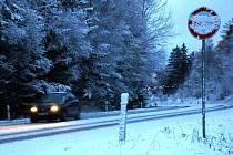 NA SILNICÍCH  HROZÍ NEBEZPEČÍ.  Hlavně v lesnatých kopcovitých úsecích  silnic  na Chebsku  zkomplikoval dopravu čerstvý sníh.  Především mladí a nezkušení řidiči by si měli dát  velký  pozor a přizpůsobit  jízdu svým schopnostem.
