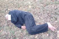 Zraněný bezdomovec ležel an trávníku v Přeštické ulici v Plzni tři dny bez pomoci