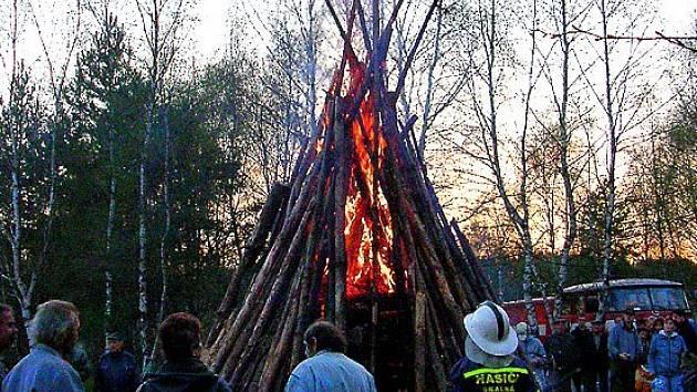 Na zápálené vatry se nejvíce těší děti. Doprovodný program je zase milejší dospělým.