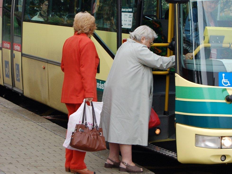 Lidé si za autobusy připlatí