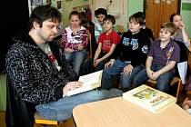 DĚTEM z mariánskolázeňské základní školy Jih přijel číst i známý moderátor chebského rádia David Petřík.