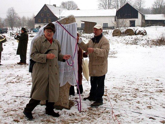 Vladimír Párel (vlevo) a Jindřich Janovský začali se slavnostním odhalováním pomníku
