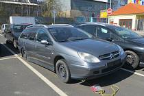 Jedním z míst v Chebu, kde se nachází řada autovraků, je parkoviště před obchodním domem v chebské ulici Dragounská.