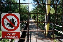 Lávka v Mostově je dlouhodobě uzavřená. Kraj ji nyní chce opravit, cyklisté by po ní mohli jezdit už letos.