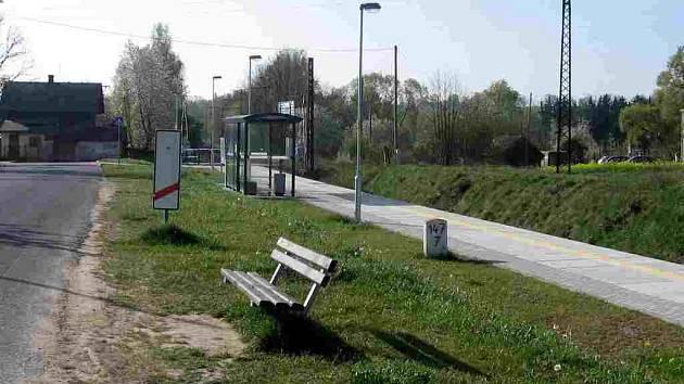 Na železniční zastávce Skalka u Chebu chybí lavičky