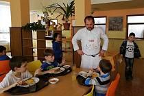 Nové trendy se v posledních letech zavádí i ve školním stravování.