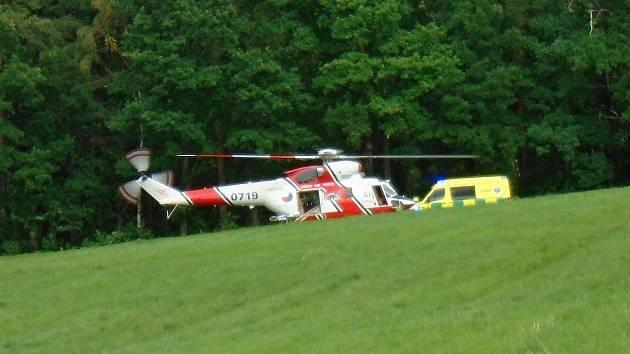 U chatové oblasti Podhoří přistával v pondělí odpoledne vrtulník. Odvážel odtud zraněného chlapce, kterého srazilo osobní auto.