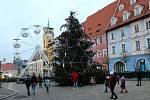 Na chebském náměstí bylo možné prohlédnout si stromeček, popřípadě si zabruslit na ledě.